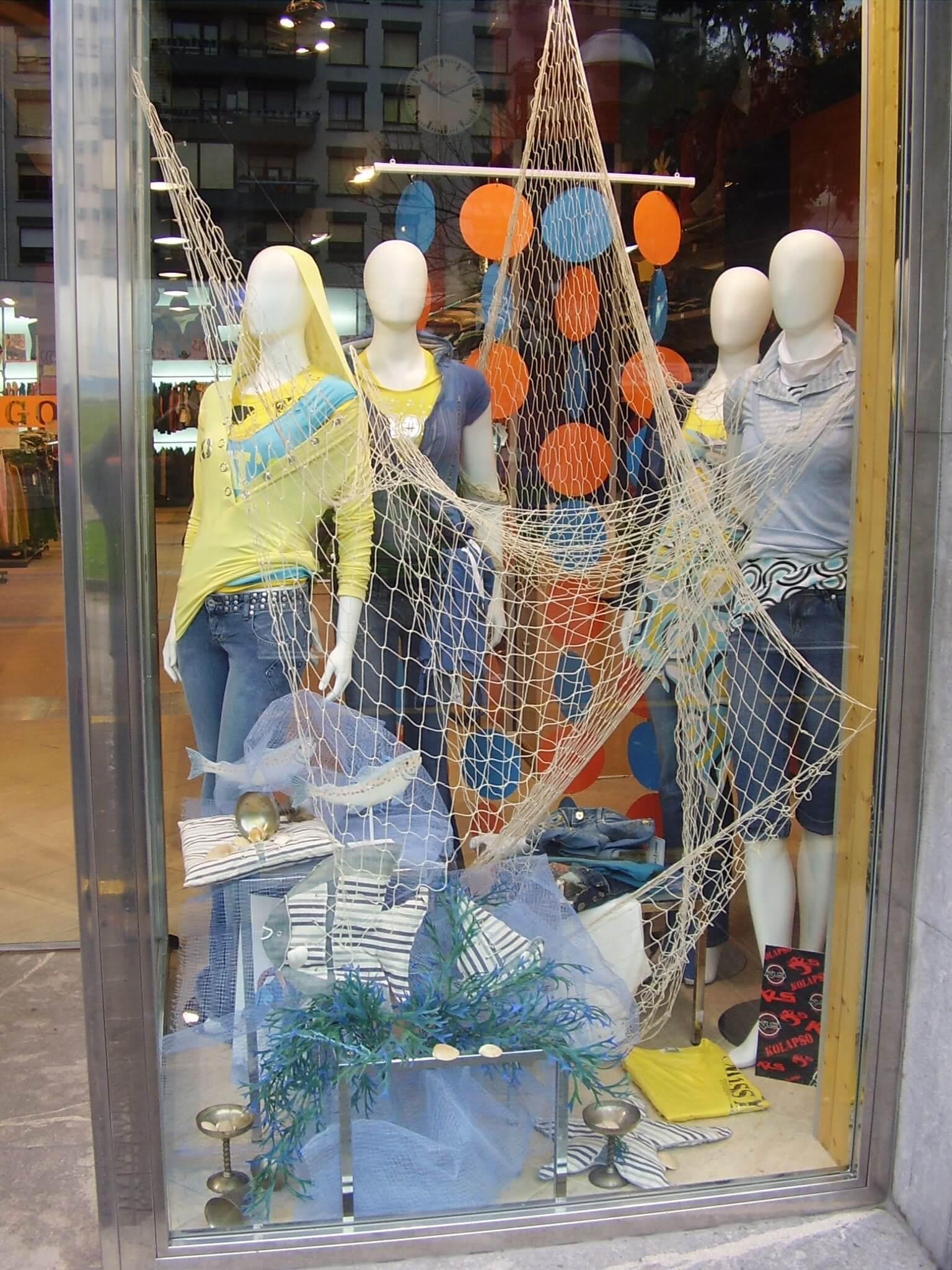 Escaparate de verano en tienda de moda joven escaparates - Decoracion de peluquerias fotos ...
