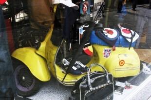 escaparate de tienda de moda urbana, comercio Rivendel (13)