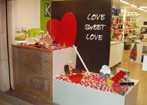 decoración escaparate de San Valentín en tienda de menaje hogar, foto 1