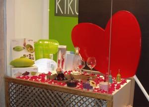 decoración escaparate de San Valentín en tienda de menaje hogar, foto 4