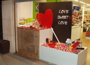 decoración escaparate de San Valentín en tienda de menaje hogar, foto 5