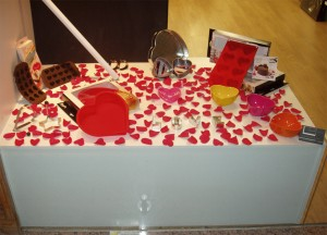 decoración escaparate de San Valentín en tienda de menaje hogar, foto 6