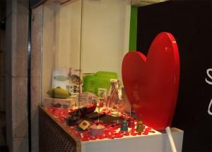 decoración escaparate de San Valentín en tienda de menaje hogar, foto 2