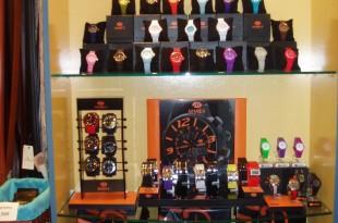 visual merchandising, exposición interior de relojes en tienda de regalos
