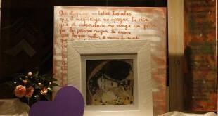 Escaparate de San Valentín en Artes Florez, tienda de enmarcación