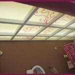 El techo retroiluminado baña de luz toda la zona