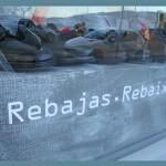tipografía tecnológica en escaparates de rebajas