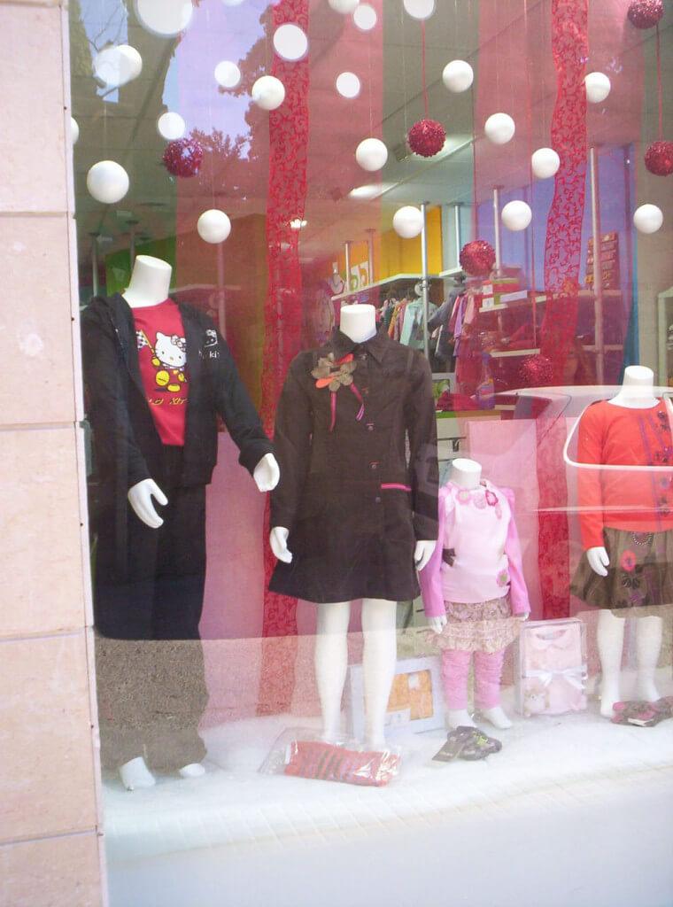 Escaparate final en tienda de moda infantil, Escaparatismo por Blk Escaparates