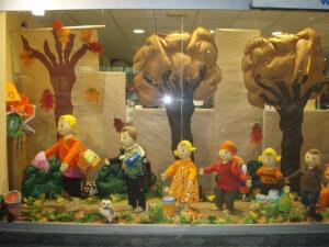 Escaparate de Otoño moda infantil en fieltro, realizado por Blk Escaparates, foto 3