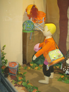 Escaparate de Otoño moda infantil en fieltro, realizado por Blk Escaparates, foto 4