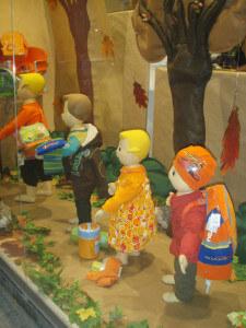 Escaparate de Otoño moda infantil en fieltro, realizado por Blk Escaparates, foto 1