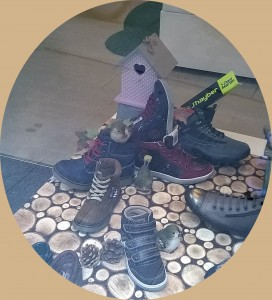 Escaparate otoño en zapateria infantil y juvenil por Mírame escaparatismo, foto 3