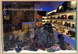 Escaparate otoño en zapateria infantil y juvenil por Mírame escaparatismo, foto 4