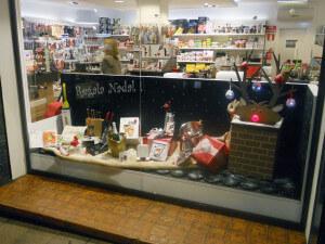 LATERAL DRET escaparate de navidad con reno Rudolph , objetos de regalo