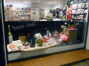 LATERAL ESQUERRA escaparate de navidad con reno Rudolph, objetos de regalo