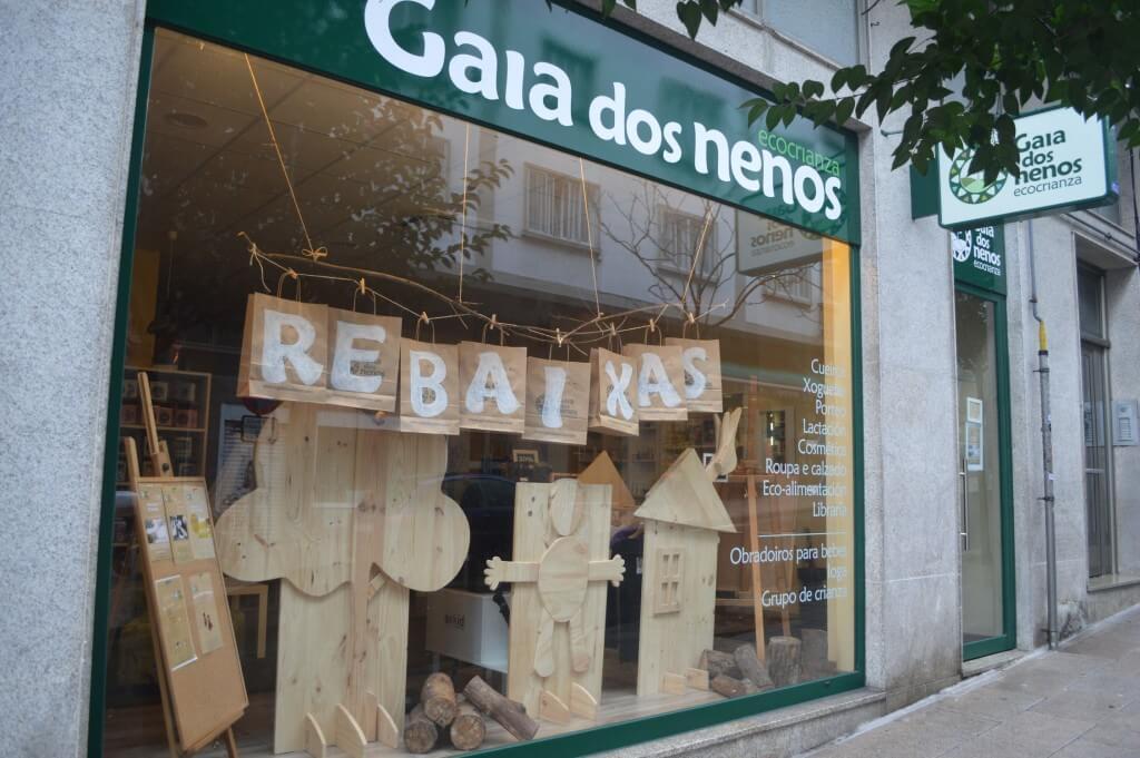 Escaparate de rebajas creativo en la tienda de puericultura Gaia dos nenos