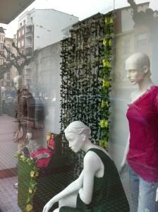 Escaparate de primavera en tienda de moda mujer, foto 3
