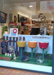 Escaparate promocional para Lotus Grill, barbacoa de verano en jardín con flores de colores, foto 1