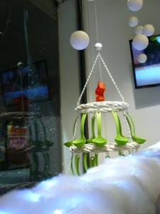 Escaparate de navidad menaje hogar,  original árbol navideño realizado con cucharones