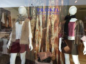 Maniquíes en escaparate otoñal de moda joven, imagen 1