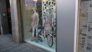 Bicicleta en la decoración de escaparate de verano, foto 1