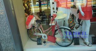 Bicicleta en la decoración de escaparate de verano