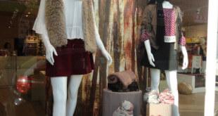 Maniquíes en escaparate otoñal de ropa y moda joven