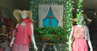 Naturaleza y color en escaparate de primavera de moda