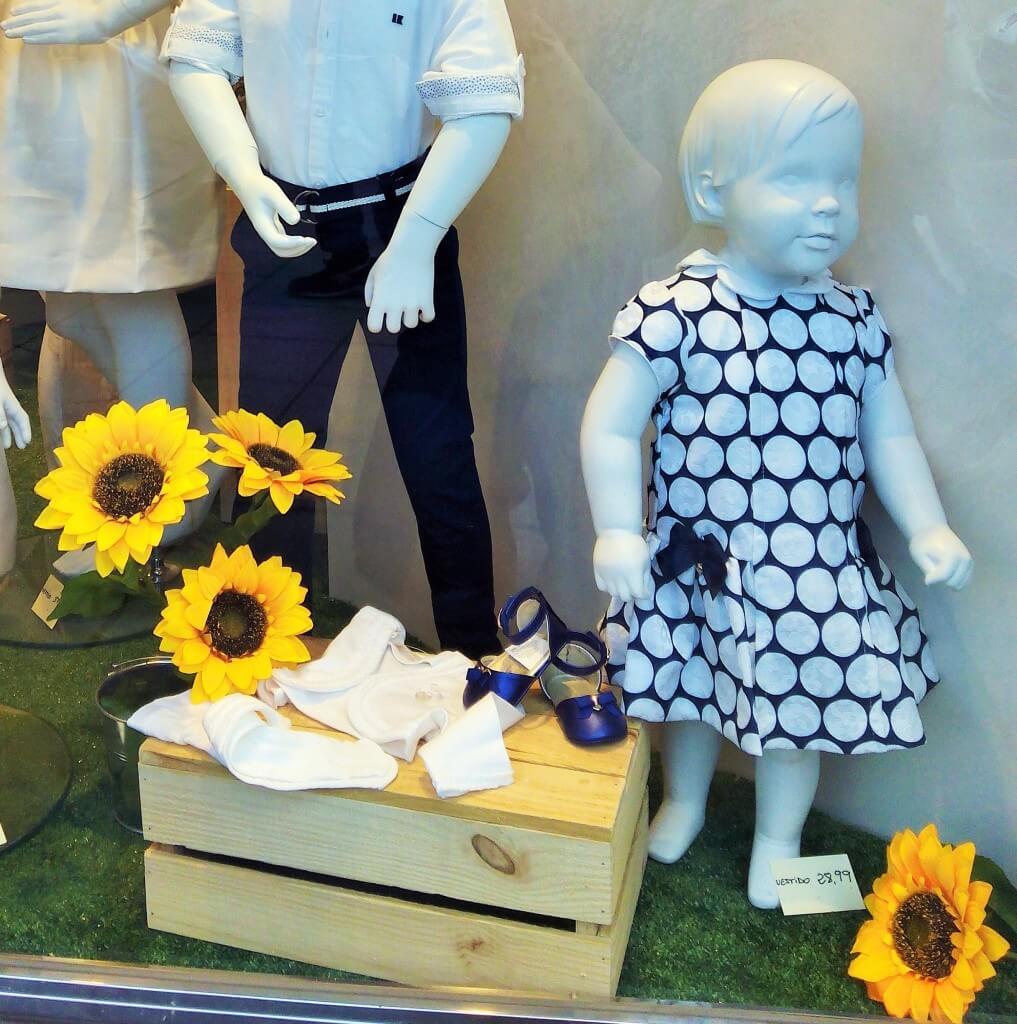 Escaparate de primavera con cajas de madera en Peque's Moda Infantil, celebraciones 1
