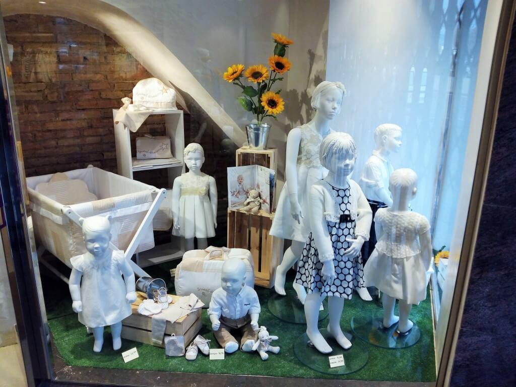 Escaparate de primavera con cajas de madera en Peque's Moda Infantil, celebraciones 2