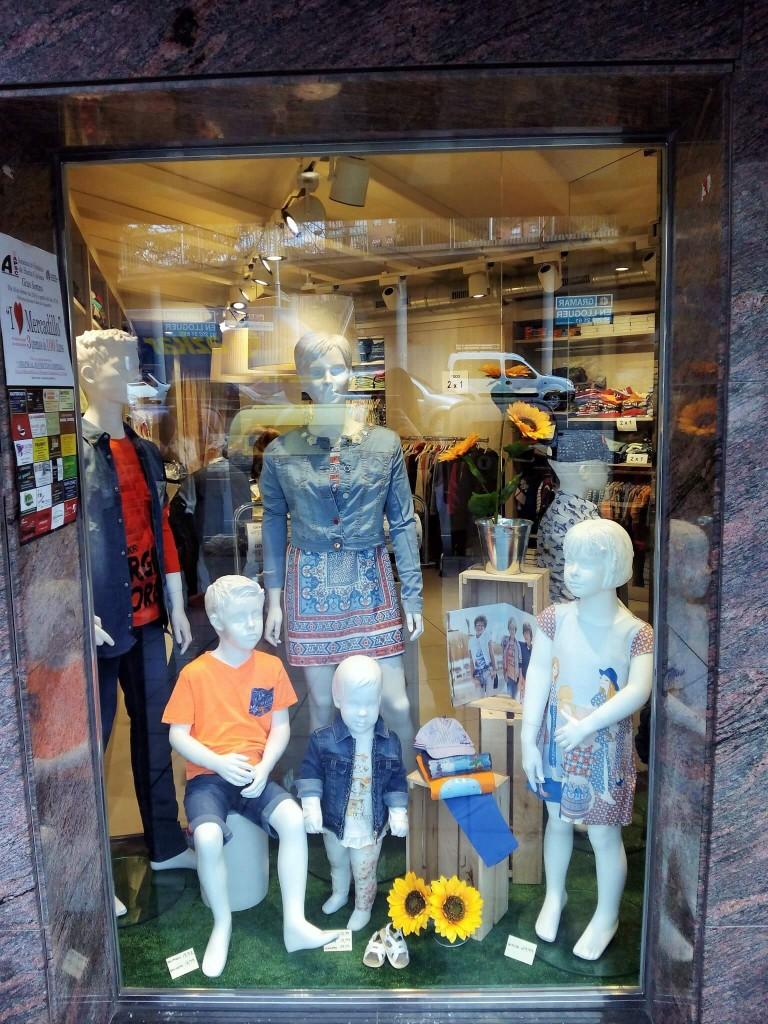 Escaparate de primavera con cajas de madera en Peque's Moda Infantil, ropa informal 1