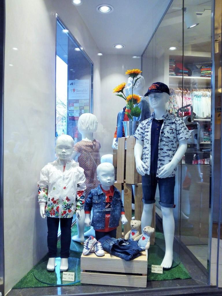 Escaparate de primavera con cajas de madera en Peque's Moda Infantil, ropa informal 2