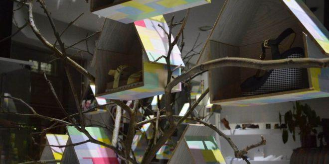 Escaparate original de primavera en zapatería con casitas de pájaros, foto 7