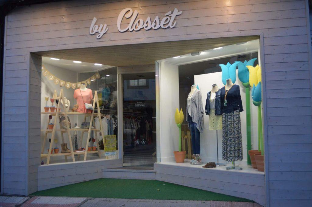 Escaparate llamativo de primavera en la tienda de ropa y moda mujer by Clossét, imagen 1