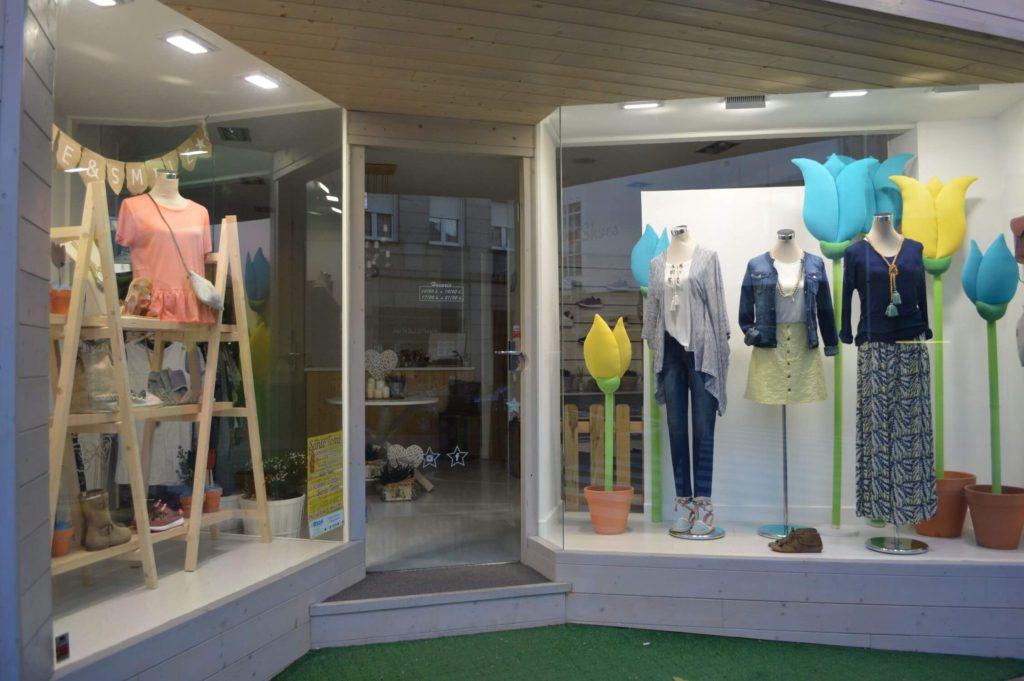 Escaparate llamativo de primavera en la tienda de ropa y moda mujer by Clossét, imagen 2