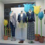 Escaparate de primavera con flores en la tienda de ropa y moda mujer by Clossét, imagen 3