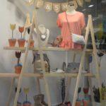 Escaparate de primavera con macetas en la tienda de ropa y moda mujer by Clossét, imagen 4