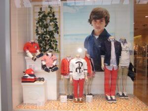 Escaparate de ropa y moda infantil en la tienda Mayoral del CC. Plaza Norte S.S. Reyes, Madrid, niños