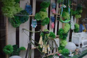 Bicicleta en escaparate de primavera de tienda de puericultura, imagen 4