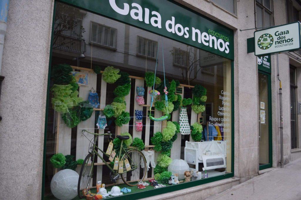 Escaparate llamativo de primavera en tienda de puericultura, ideas para escaparates