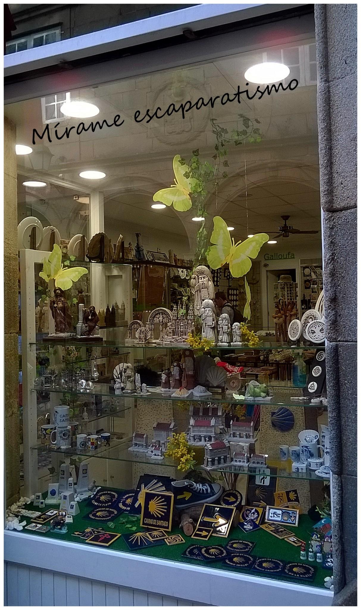 Escaparate regalos y souvenirs tiendas de bazar Artesania gallega regalos