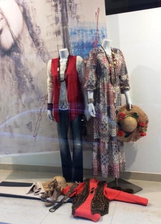 Escaparate de ropa y moda emulando los años 70, escaparatismo idecor, Valencia