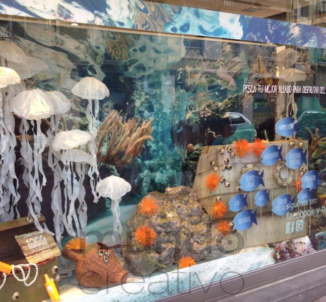 Escaparate de verano en Farmacia Pesca tu mejor aliado para disfrutar del verano, imagen 3