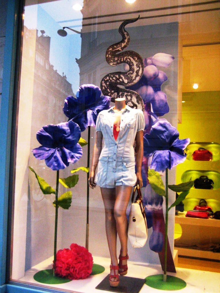 Arte y escaparatismo, escaparate de imagen en tienda ropa y moda, temporada de primavera