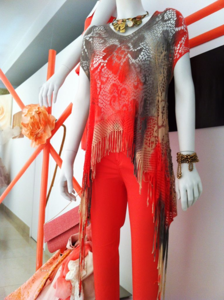 Escaparate con ropa estilo años 70, escaparatismo idecor, Valencia
