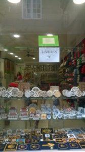 El antes en escaparate de Galloufa souvenirs, regalos y artesanía gallega