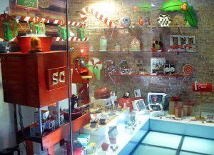 """Escaparate de Navidad """"Magia de la infancia"""" con productos de cocina, menaje y repostería, foto 2"""