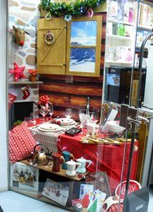 Escaparate de Navidad con escenografía de cabaña de montaña, mesa de Navidad, foto 1