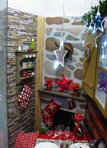 Escaparate de Navidad con escenografía de cabaña de montaña, mesa de Navidad, foto 2