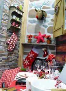 Escaparate de Navidad con escenografía de cabaña de montaña, mesa de Navidad, foto 4